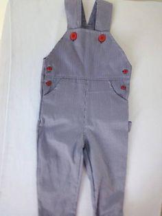 Jardineira perna longa masculina em tecido de listrinhas finas azul e branco e botões vermelhos no estilo marinheiro!!!  disponível nos seguintes tamanhos:  P (3 - 6 meses): 01  M (6 - 9 meses): 01  G (9 - 12 meses): 02  GG (12 - 18 meses):ESGOTADO R$ 52,00