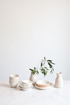 schönes Porzellan-Stillleben mit Olivenzweig