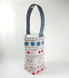 The middle cup or the big cup of the general hand shake shop is pretending. The lining is made of tarpaulin, not afraid of wet answering or beverage contamination, but also easy to clean! Sewing Ideas, Sewing Crafts, Yeti Cup, Tarpaulin, Drink Holder, Fabric Bags, Travel Mugs, Cloth Bags, Mini Bag
