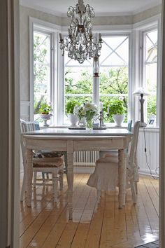 Breakfest nook / clean french country
