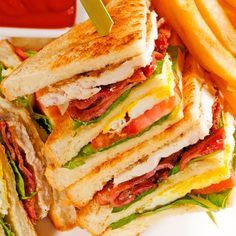 This club sandwich recipe is pretty hearty and makes a good lunch choice for som. - This club sandwich recipe is pretty hearty and makes a good lunch choice for someone with a good ap - Club Sandwich Receta, Club Sandwich Recipes, Sandwiches For Lunch, Soup And Sandwich, Wrap Sandwiches, Lunch Recipes, Cooking Recipes, Chicken Club Sandwiches, Pesto Sandwich