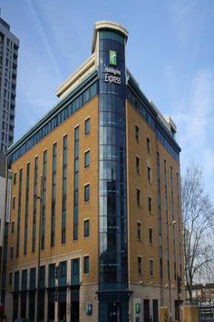 In East London, Holiday Inn Express London Stratford is just a short walk from the Olympic Stadium and the Westfield Stratford City shopping centre. Stratford London, Newbury Park, Kensington London, Hotel Website, London Hotels, Top Hotels, Home Living, London City, Amazing Destinations