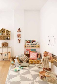 Ideas and tips to implement a Montessori bedroom for your baby or toddler. What are the main Montessori principles to set up a Montessori bedroom ? Montessori principles are primarily centered on the needs of the child, including his desire to … Playroom Design, Playroom Decor, Kids Room Design, Playroom Ideas, Playroom Organization, Baby Bedroom, Nursery Room, Kids Bedroom, Bedroom Ideas