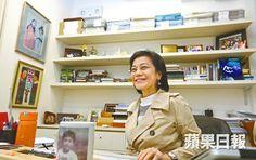 ■張艾嘉笑容依然甜美,「別人問我何時退休,當沒有故事想說,沒戲想拍,我便會停下來」。   ……………………   「開始有危機出現,你代表某一範疇,要拿一些東西出來,似模似樣,大家加油,大家要努力。」近年又逐步看見香港導演回港拍片,她肯定香港電影在自由而多元的環境建立特有個性,始終會彈出一些好戲出來,「以前巿場很細小時候還有好看的戲,為何現在巿場大了,反而沒有好看的戲了?就是為了『討好』兩字,弄得不倫不類」。 ……………………………………………………………………………… 品味蘋果︰張艾嘉不忿導演一窩蜂北上 「港片無個性會被吞噬」 | 蘋果日報 | 要聞港聞 | 20150503 - http://hk.apple.nextmedia.com/news/art/20150503/19133943