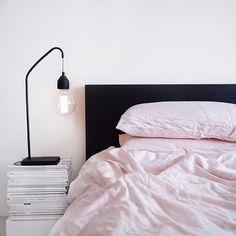 Τα κομοδίνα είναι για το κρεβάτι ό,τι οι τσέπες για το παντελόνι – δεν εκτιμάς τη χρησιμότητά τους μέχρι να σου λείψουν. Και αυτό είναι μια μεγάλη αλήθεια που θα καταλάβεις όταν το πρωί σηκωθείς από το κρεβάτι και πατήσεις το tablet στο πάτωμα.  Αν δεν περισσεύουν λεφτά για κομοδίνο ή αν απλά βαρέθηκες τα κλασικά, δες παρακάτω τι μπορείς να βάλεις στη θέση του και να μεταμορφώσεις την κρεβατοκάμαρα σου ανέξοδα, γρήγορα και αποτελεσματικά.  Βιβλία