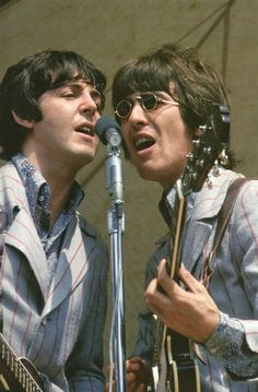 Paul McCartney and George Harrison playing live with The Beatles. Paul Mccartney, Beatrice Mccartney, The Beatles, Foto Beatles, Beatles Photos, George Beatles, Ringo Starr, George Harrison, John Lennon