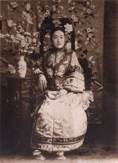 Manchu Princess Derling, lady-in-waiting to Empress Dowager Cixi, attired in official Manchu court attire.