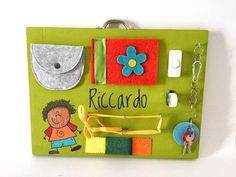 Pannello attività montessoriano Felt Keychain, Busy Board, Montessori Activities, Be Natural, Yellow Lace, Different Textures, Cloth Bags, Strega, Coin Purse