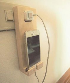 Make Money from Home: Wooden iPhone Holder Wall Socket Charging Holder i. - My Easy Woodworking Plans Pallet Projects, Home Projects, Small Wooden Projects, Cool Wood Projects, Pallet Ideas, Bois Diy, Iphone Holder, Smartphone Holder, Diy Holz