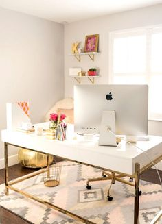 Such a cute and chic home office! i love the white and gold accents. Home office ideas and inspiration Mesa Home Office, Home Office Space, Home Office Desks, Apartment Office, Office Spaces, Office Rug, Work Spaces, Small Spaces, Apartment Living