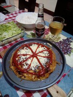 tortilla de fideos, con papas y verduras.