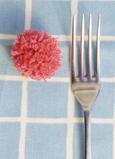 Cómo hacer pompones Making pompoms with a fork