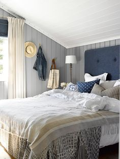 Cabin by the sea colors LADY Supreme Finish matt 5125 Orkla Beach House Bedroom, Home Bedroom, Bedroom Decor, Cozy Cottage, Cozy House, Style Deco, Cottage Interiors, Modern Spaces, House Layouts