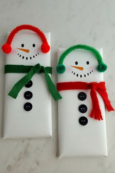 These snowman candy bar wrappers are the PERFECT Christmas treat! They are super cute to whip up for friends and family - or even as gifts! #christmas #crafts #snowman #gifts