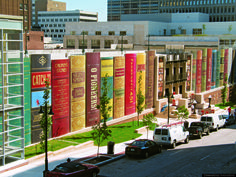 Kansas City Central Library Parking Garage (The Community Bookshelf) public library parkade designed to resemble a giant shelf of books ... 25 ft high book spines of signboard mylar [book mural] depict 22 titles selected by the Kansas City Public Library trustees from suggestions by city readers, Kansas City, MO, USA