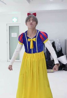 V imitates Pinky. Foto Bts, Bts Photo, Bts Taehyung, Bts Bangtan Boy, Bts Funny Videos, Bts Memes Hilarious, Bts Girl, Bts Boys, Bts Halloween