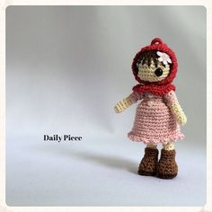 40番レース糸で編み育てたあみぐるみの女の子 【編みっ娘 赤ずきん】です。身長7.5センチ程の小さな体には愛情がたくさんつまっております。ストラップ仕様の為、...|ハンドメイド、手作り、手仕事品の通販・販売・購入ならCreema。