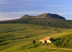 Massif du Mézenc 23. Au fond le mont Mézenc. Site naturel classé.