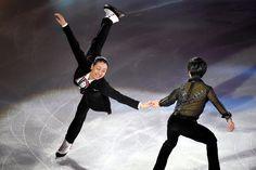 エキシビションで宇野昌磨と手をつなぎ、滑走する浅田真央(左)=白井伸洋撮影 (2015年12月28日)