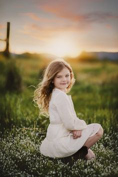 A portrait session at sunset child outdoor session child portaits Young Girl Photography, Children Photography Poses, Cute Kids Photography, Portrait Photography Poses, Outdoor Kid Photography, Little Girl Photos, Girl Pictures, Girl Photo Shoots, Foto Pose