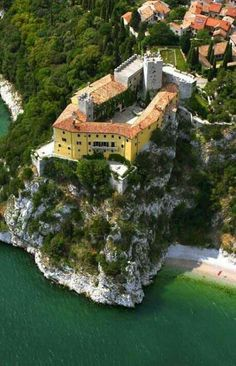The castle of Duino, Venice Trieste, Faraway So Close, Great Places, Places To Visit, Thurn Und Taxis, Italy History, Best Of Italy, Northern Italy, Medieval Castle