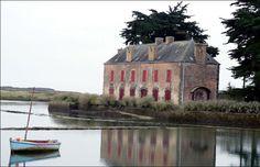 Locmariaquer : loc = ermitage, Maria = Marie, Kaer = lieu fortifié. site naturel protégé