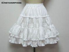 Uso do saiote ou anágua bem trabalhados em rendas, para armar os vestidos das meninas.