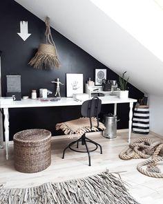 Black Wall - Ein Interior-Trend für Mutige! Wir zeigen Euch wie Ihr mit einer schwarzen Wand ein Highlight in Eurem Zuhause kreiert & welches Interior zur Trend Wandfarbe passt. Denn Schwarz kann je nachdem wie ihr es kombiniert eine völlig unterschiedliche Wirkung entfalten. Seid mutig und lasst euch inspirieren! //Schreibtisch Arbeitsplatz Homeoffice Ideen Stuhl Wandfarbe Holz Deko Teppich Boho Pflanzen#Schreibtisch#Arbeitsplatz#Homeoffice #Ideen#Stuhl#Wandfarbe @colorful._dreams Lampe Decoration, Co Working, Room Carpet, Black Walls, Carpet Design, Cool Walls, Interior Inspiration, Bedroom Inspiration, Home And Living