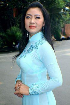 Asian Girl Pose in Vietnamese Long Dress. Beautiful Muslim Women, Beautiful Asian Girls, Vietnamese Dress, Ao Dai, Traditional Dresses, Asian Woman, Asian Beauty, Girl Fashion, Vietnam Girl
