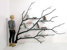 """部屋のなかで圧倒的な存在感を誇る、こちらの本棚。 計算されたかのような優美なフォルムにうっとりしてしまいます。 こちらはニューヨークをベースに活動するデザイナー、Sebastian Errazuriz氏が手掛けた""""木のシェルフ""""。 素材として使われている枝木は、Errazuriz氏がチリのサンティアゴを歩いて"""