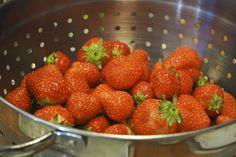 Kesällä kuuluu syödä paljon mansikkaa! Nämä menossa jälkiruokaan :)