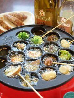 パーティーが一気に盛り上がる! 贅沢にギリシャのオリーブオイルを使って、たこ焼き器でアヒージョ。 クセがなく食材の味を引き立てます。 材料 簡単便利なむきえび※ 120g 菊池鶏の砂ずり※ 100g ロングウインナー※ 1本 きのこ類 1パック ブロッコリー 1/2 にんにく 2片 ギリシャのオリーブオイル※ 約カップ1 海の精あらしお(お好みでハーブソルトまたはペッパーソルト)※ 適量 竹串 作り方 材料はすべて一口大に切ってお皿に盛り付ける。 みじん切りにしたにんにくと塩をたこ焼き器の穴にお好みで入れ、オリーブオイルを約大さじ1程度入れたら電源を入れる。(塩は強めでOK) オイルがクツクツ… Asian Recipes, Gourmet Recipes, Cooking Recipes, One Pot Meals, No Cook Meals, Party Dishes, Tapas, Japanese Food, Food Photo