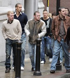 Paul Scholes, Rio Fedinand, Wayne Rooney, Alan Smith and John O'Shea arrive at the Manches. Manchester United Legends, Manchester United Players, Football Memes, Football Shirts, David Beckham Football, Soccer Photography, Wayne Rooney, Vintage Football, Sports Pictures