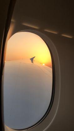 Sunrise Window, Airplane Window View, Dubai Video, Iphone Wallpaper Images, Lets Run Away, Applis Photo, Dubai City, Airplane Travel, Sky Aesthetic