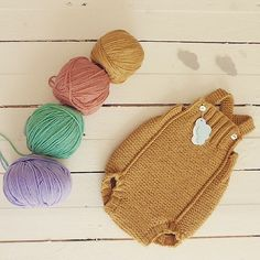 Working with new colors is so much fun! :sun_with_face: :rainbow: :hibiscus: par marlene rodrigues Baby Overalls, Baby Pants, Knitting Club, Baby Knitting, Knitted Baby Clothes, Knitted Hats, Crochet Bebe, Handmade Clothes, Baby Wearing