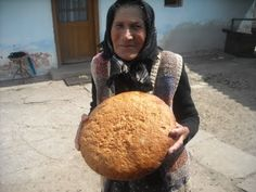 Probably the best bread in the world. Romanian traditional bread in mud oven. This looks just like my Oma Stoltz picking up her bread from the community ovens in Zeiden-Codlea, Romania Kent United Kingdom, Romania People, Romania Food, Wood Stove Cooking, Outdoor Oven, Sunday Suppers, Freshly Baked, Bread Baking, Food To Make