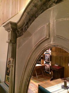 Unieke krijtverf meubelen. 1 deurs linnenkast in de concrete grey. Langs de boog een prachtige grijze bontrand en slangen lederen bies langs de spiegel.