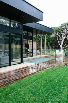 A modern home in Melbourne, Australia Beautiful Buildings, Beautiful Homes, Exterior Design, Interior And Exterior, Living Pool, Moderne Pools, Glass Pool, Glass Fence, Australian Homes