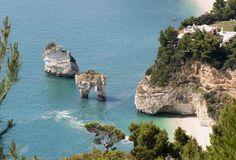 Le spiagge più belle d'Italia secondo Skyscanner. BAIA DELLE ZAGARE SUL GARGANO (FOGGIA) Chiude la top 10 delle spiagge più belle d'Italia secondo Skyscanner. Si trova a poca distanza da due faraglioni di roccia immersi nel mare, è un posto incantevole e rilassante, tra le località di Mattinata e Vieste del Gargano.