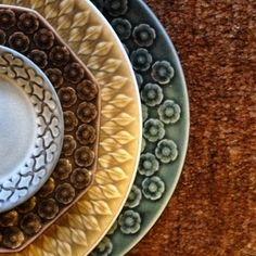 デザイナーのJens.H.Quistgaard(イェンス・クイストゴー)は、食器だけではなく家具のデザインも手がけた、ミッドセンチュリーを代表するデザイナーの一人です。食器では、Cordialシリーズの他、葉っぱ柄の「Relief(リリーフ)」や花柄の「Azur(アズール)」シリーズなど、自然をモチーフにしたあたたかい雰囲気のデザインを手がけています。釉薬によって生み出された、光沢を抑えたマットな質感が魅力です。