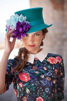 Turquoise Top with fun feather trim. Headpiece Wedding, Bridal Headpieces, Fascinators, Hat World, Types Of Hats, Teal Flowers, Cocktail Hat, Love Hat, Brim Hat