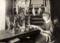 Käthe Kruse poppen. De Duitse Käthe Kruse, pseudoniem voor Katharina Simon [1883-1968] begint na de Eerste Wereldoorlog met de fabricage van haar beroemde poppen. Foto 1918: de poppen worden in het atelier met de hand in elkaar gezet. Plaats onbekend. Antique Photos, Vintage Pictures, Old Photos, Antique Dolls, Vintage Dolls, World Trending News, Modern Toys, Gotz Dolls, Doll Display