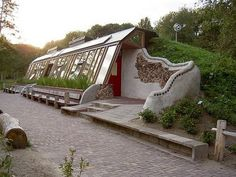 An 'earthship' is a type of house that exists on the delicious, lunatic-fringe end of the green building world. Will they work in Australia? Earthship Design, Earthship Biotecture, Earthship Home Plans, Natural Building, Green Building, Building A House, Building Plans, Camping Am Meer, Earth Sheltered Homes