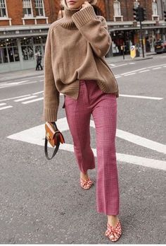 How To Wear Camel This Fall Kamelpullover + rosa Hose The post Wie trägt man ein Kamel diesen Herbst? & Fashion // Autumn Outfits appeared first on Mens Style . Moda Instagram, Instagram Tips, Instagram Fashion, Cooler Style, Cooler Look, Looks Street Style, Looks Style, Spring Street Style, Mode Outfits