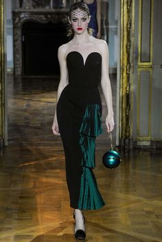 See the complete Ulyana Sergeenko Fall 2015 Couture collection.