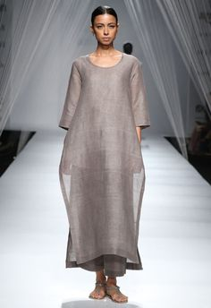Anavila Misra Show at AIFW SS& Anavila Misra's 'The Secret Life of Forests' narrated a story of minimalism and subtle design elements Pakistan Fashion, India Fashion, Hijab Fashion, Boho Fashion, Fashion Dresses, Womens Fashion, Fashion Design, Indian Attire, Indian Wear