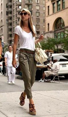 weißes T-Shirt mit einem V-Ausschnitt, olivgrüne Chinohose, dunkelbraune Keilsandaletten aus Leder, hellbeige vêtements brandy melville Olive Chinos, Olive Pants, Brown Chinos, Olive Shirt, Mode Outfits, Casual Outfits, Fashion Outfits, Fashion Hacks, Kaki Outfits