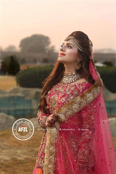 Tera HR ands acha ha sivya nzr Andz krny Ka Pakistani Wedding Outfits, Indian Bridal Outfits, Pakistani Wedding Dresses, Pakistani Bridal Makeup, Bridal Lehenga, Bridal Mehndi, Bridal Dress Design, Bridal Style, Pakistan Bride
