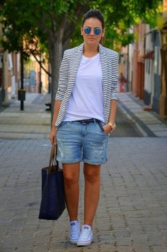 Shorts jeans com blazer listrado e all star branco, a cara do verão, casual e l… Denim shorts with striped blazer and white all star, summer face, casual and beautiful Bermuda Shorts Outfit, Denim Shorts Outfit, Summer Shorts Outfits, Blazer Outfits, Casual Outfits, Fashionable Outfits, Outfit Summer, Classy Outfits For Women, Clothes For Women