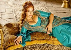 6 Turkish Fashion, Turkish Beauty, Oriental Fashion, Boho Fashion, Oriental Style, Beautiful Redhead, Beautiful Women, Imperial Clothing, Charles Quint